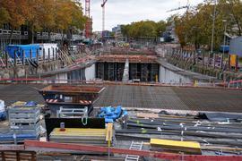 Eine der letzten Lücken: Westlich des Ettlinger Tors kann man noch sehen, wie der Autotunnel in der Baugrube wächst. Doch auch dort soll im Frühling 2021 der Deckel drauf sein.
