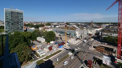 Offene Stadtbaulandschaft: Das Ettlinger Tor wird an seiner Südseite noch lange nicht gestaltet sein. Der Boulevard Kriegsstraße über dem Autotunnel wird  Ende 2021 fertig. Das Schicksal des Landratsamt-Hochhauses entscheidet sich bald.
