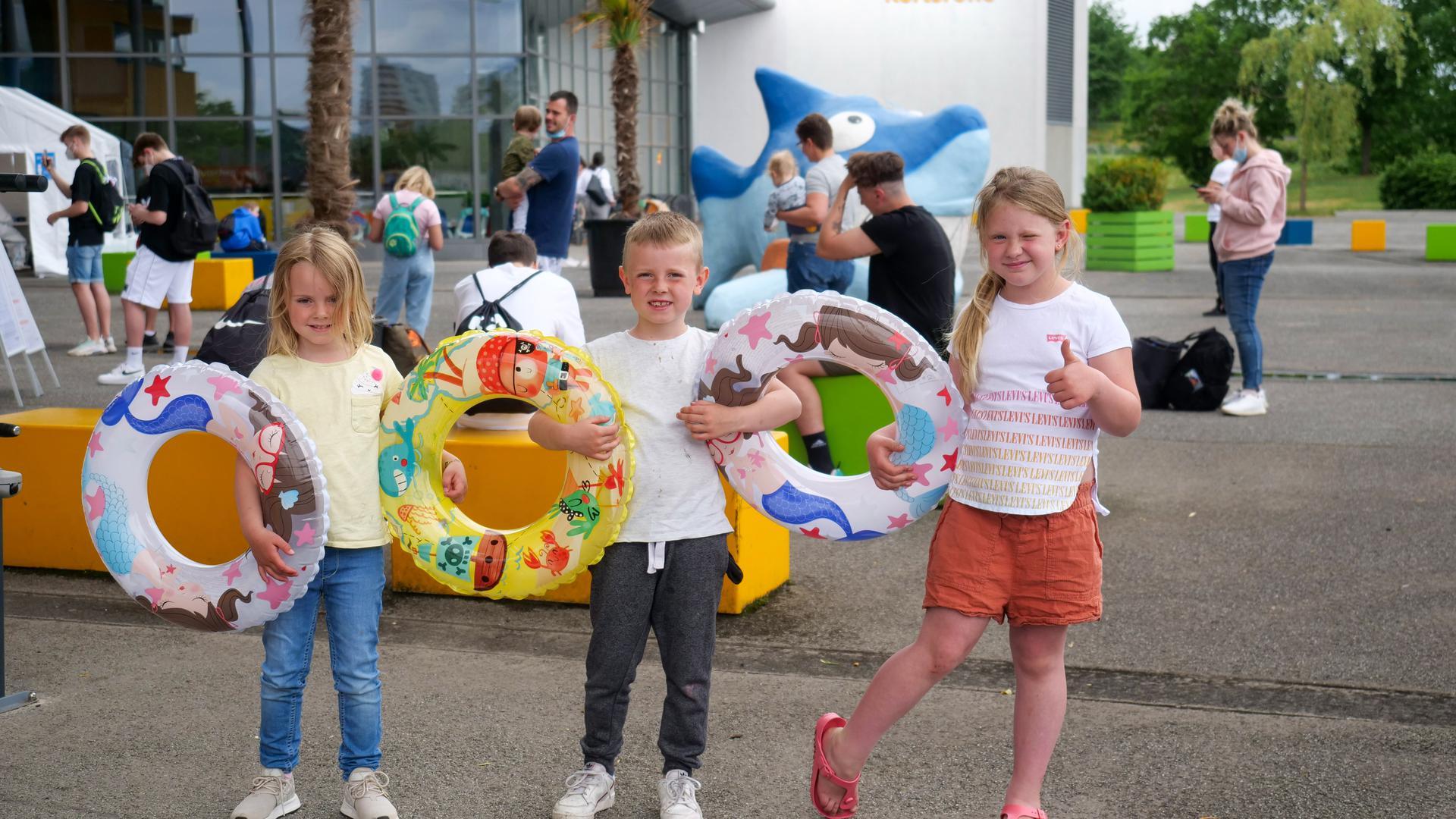 Geduld ist eine Tugend: Auch Mila, Luca und Vivia Schultz mussten warten, ehe sie am Wochenende das Europabad besuchen konnten.