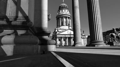 Französischer Dom Berlin durchs Säulenportal des Konzerthauses.