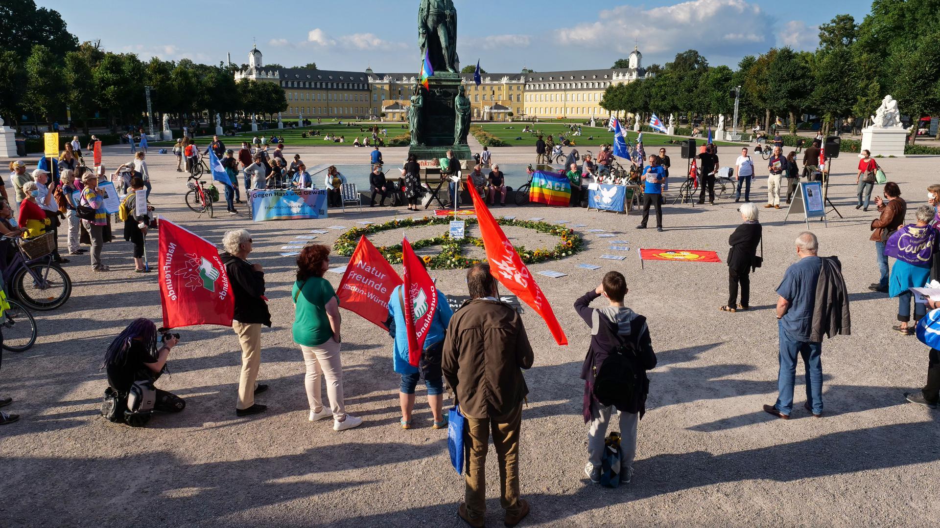 Antikriegstag: Gegen militärische Interventionen und für mehr Klimaschutz sprachen sich Redner und Besucher der Kundgebung des Friedensbündnisses auf dem Schlossplatz aus.