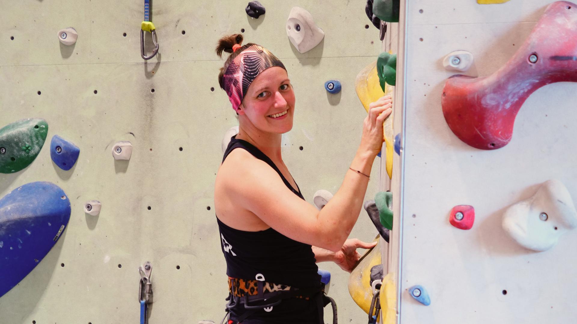 Sportklettern auf Spitzenniveau und Alpintouren mit amputiertem Fuß: Jacqueline Fritz vom Alpenverein Karlsruhe realisiert hohe Ziele und berichtet davon, auch in TV-Talkrunden