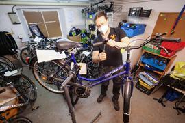Glücksrad Uneson Karlsruhe Jannik Krische repariert ein Glücks-Fahrrad