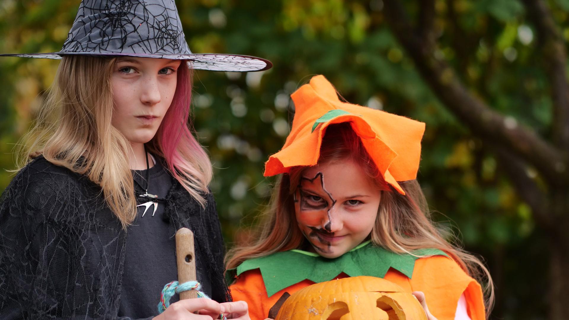 """Halloween zu Hause: Bei Familie Hoffmann wird dieses Jahr im kleinen Kreis mit einer Feuerschale im Garten gefeiert. Durch die Corona-Bestimmungen verzichten viele Familien darauf, wie sonst um die Häuser zu ziehen und """"Süßes oder Saures!"""" zu verlangen."""