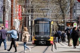 Rollendes Inventar: Die Straßenbahnen fahren in unverminderter Zahl über den Europaplatz. Aber  nur die Hälfte der Fahrgäste aus den Zeiten vor der Pandemie steigt ein.