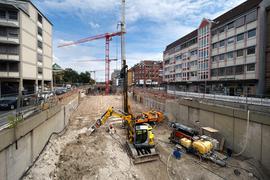 Noch wird gebaut: Unter der Kriegsstraße entsteht ein Autotunnel, hier beim Karlstor gibt es derzeit noch Einblicke.