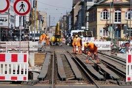 Die Brücken werden abgebrochen: Das Gleisprovisorium über der Baugrube am Karlstor wird wieder ausgebaut. Kein Bahnverkehr hält dort seit gestern mehr die Demontage auf.