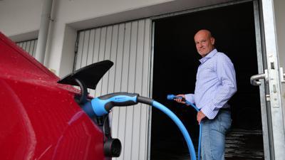 Sven Häwel steht vor einer Garage in Grötzingen.