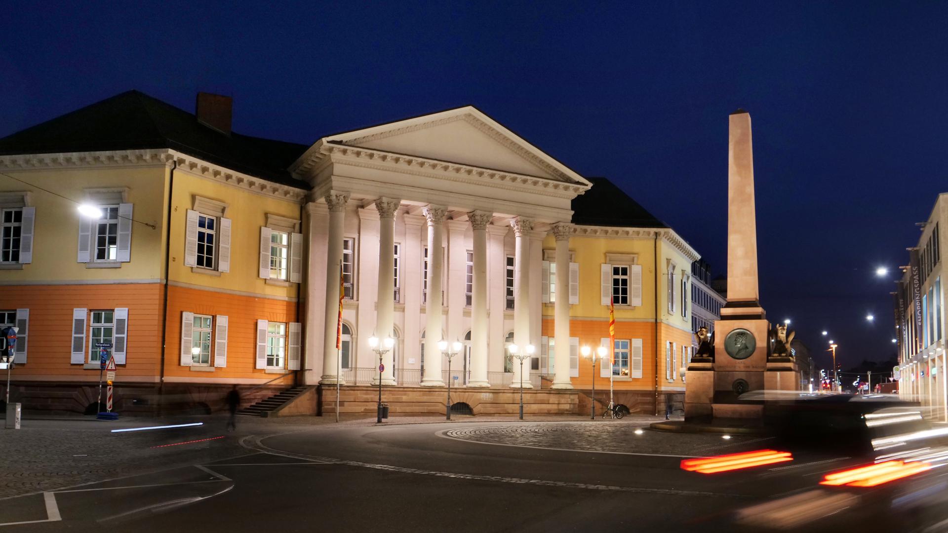 Das Markgräfliche Palais: Der Säulenbau von Weinbrenner am Rondellplatz gilt als architektonischer Schatz der Stadt. Das Haus steht zum Verkauf. Vielleicht wird es  bald bundesweit als Forum Recht bekannt.