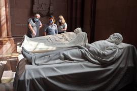 Besucher schauen sich die Großherzogliche Grabkapelle an.