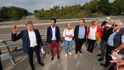 Im Gespräch mit Bürgern: Oberbürgermeister Frank Mentrup sowie die SPD-Stadträte Parsa Marvi, Irene Moser und Michael Zeh (von links) erläuterten Anwohnern den möglichen Verlauf der Anbindung an die B36.