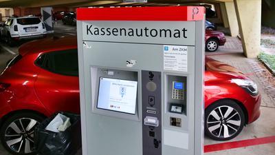 Die Schlitze für Münzen und Scheine sind verschlossen: Wie hier in der Tiefgarage am ZKM ist in den Parkhäusern der Karlsruher Fächer GmbH nur noch Kartenzahlung möglich.