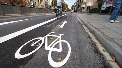 Ein Fahrradfahrer fährt auf einem Fahrradweg.