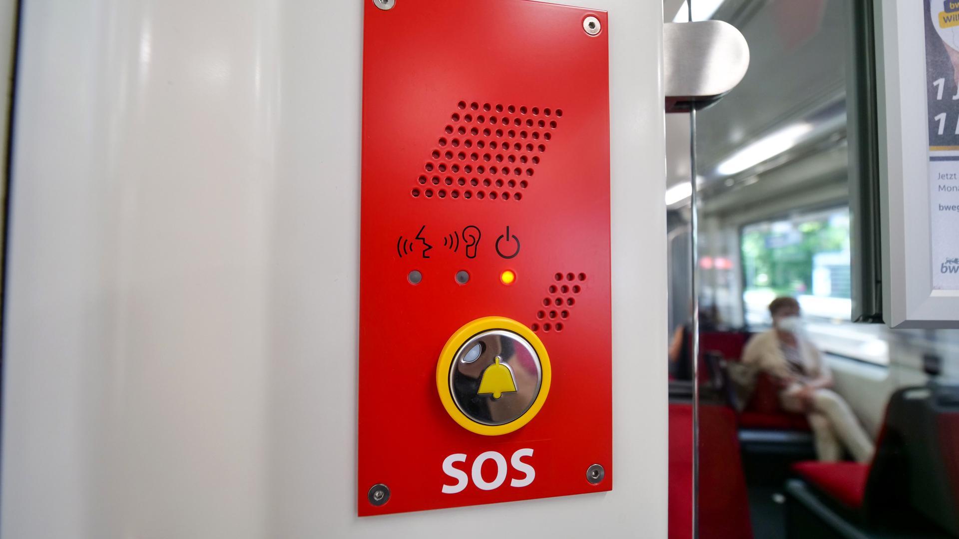 Notknopf: Sämtliche Bahnen, die ab 12. Dezember den Tunnel der Kombilösung befahren, müssen eine Sprechstelle zum Fahrer haben.