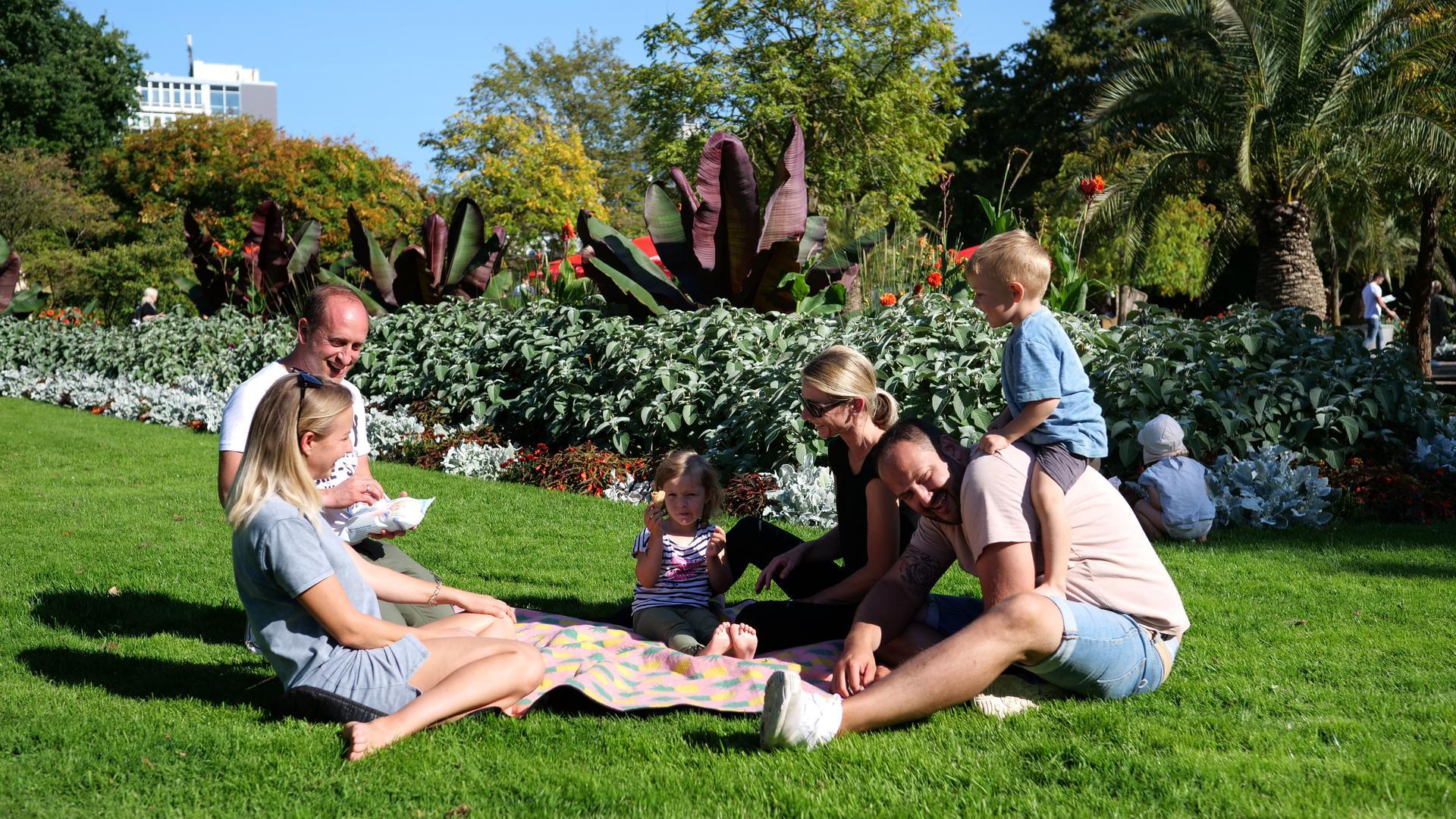 Sommer, Sonne, gute Laune: Überall im Stadtgebiet haben die Karlsruher das prächtige Wochenendwetter genossen - auch hier im Stadtgarten.