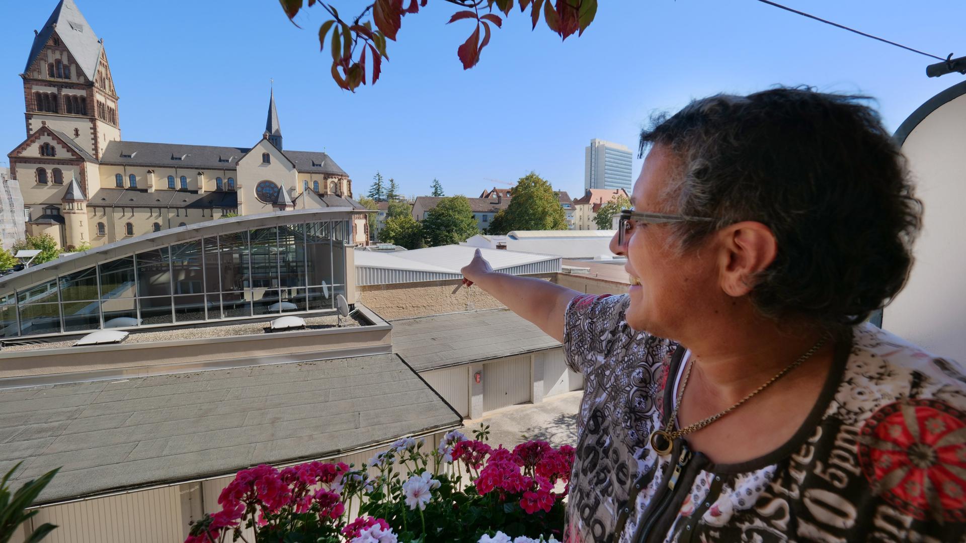 """Weite Sicht: Amina Fritz überblickt von ihrem Balkon in der Körnerstraße den nördlichen Teil des geplanten Bauprojekts """"Sophien-Carrée"""" mit der Verkaufshalle des Autohauses Eberhardt und der katholischen Kirche St. Bonifatius."""
