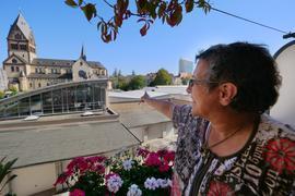 """Amina Fritz überblickt von ihrem Balkon in der Körnerstraße den nördlichen Teil des geplanten Bauprojekts """"Sophien-Carrée"""" mit der Verkaufshalle des Autohauses Eberhardt und der katholischen Kirche St. Bonifatius."""