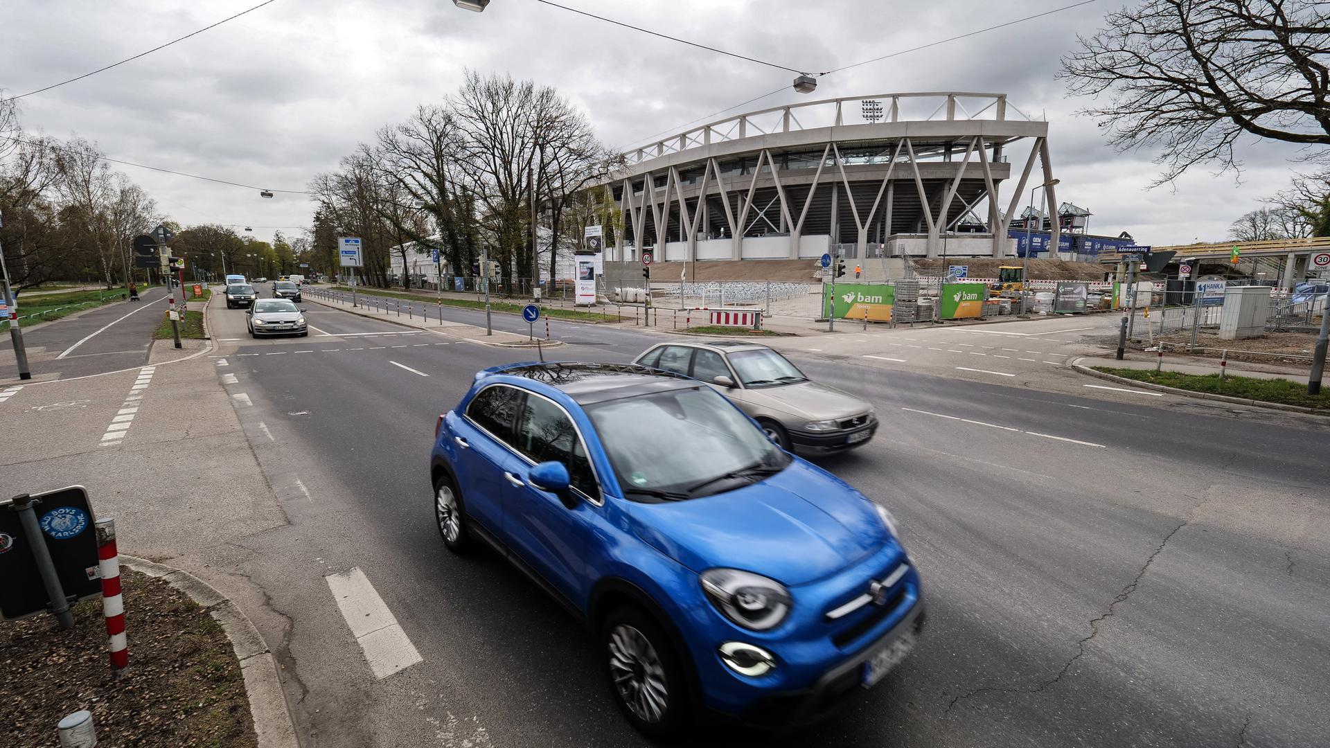 Umbau beim neuen Stadion: Der Adenauerring wird an die künftigen Verhältnisse im Wildpark angepasst. Die Bauarbeiten werden den Verkehrsfluss über Monate verdicken.