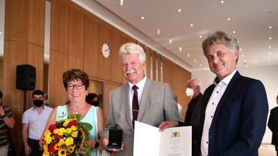Verleihung der Staufermedaille an Dieter Eger ( mit seiner Ehefrau ) durch OB Mentrup