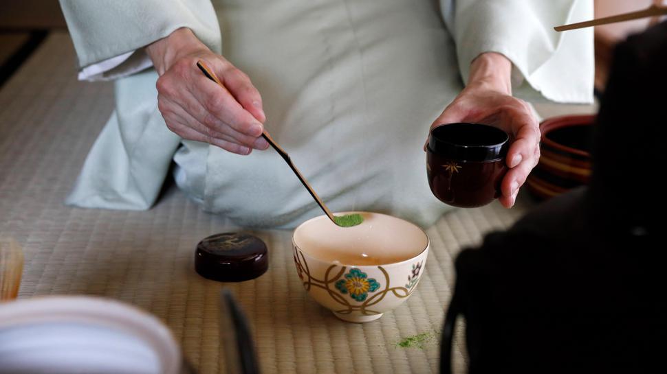 Japanische Teezeremonie: Mit edlem Besteck wird das grüne Matcha-Pulver in die Teeschale gefüllt. Im japanischen Teehaus im Karlsruher Stadtgarten wird das Ritual regelmäßig praktiziert.