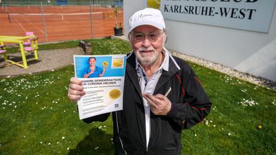 Wolfgang Brommer, Präsident des Tennisclub Karlsruhe-West wirbt mit der Sonderaktion für Corona-Helden.