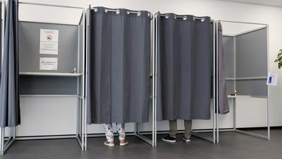 Wahlkabinen im Briefwahlbuero
