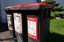 Gehören vielleicht bald der Vergangenheit an: Die Tonnen mit dem roten Deckel, in denen in Karlsruhe bislang allerlei Arten von Wertstoffen gemeinsam gesammelt wurden.