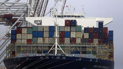 Ein Frachtschiff liegt im Containerhafen. Seit Mitternacht ist Großbritannien nicht mehr Mitglied des EU-Binnenmarktes und der Zollunion. +++ dpa-Bildfunk +++