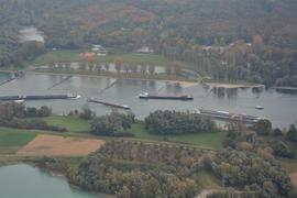 Schiffe auf dem Rhein von oben