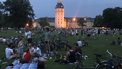 Feierstimmung: Mehrere hundert junge Leute halten sich am Samstag Abend in ausgelassener Stimmung im Schlossgarten auf. Die Polizei wird sie später zum Verlassen des Geländes auffordern.