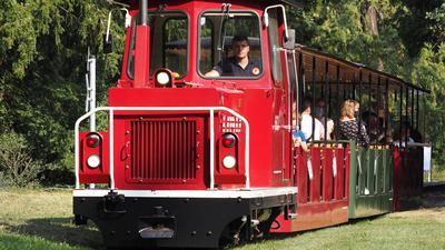 Volle Kraft voraus: Die Diesellok eröffnete am Samstag die Fahrten im Schlossgarten, die es bis November am Wochenende geben soll.