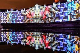 """Am Schloss Karlsruhe findet eine Probe zu den Schlosslichtspielen Karlsruhe 2021 statt. Abgebildet ist die Show """"Synthetic Sonnets"""" von Antonin Krizanic aus dem Jahr 2021."""