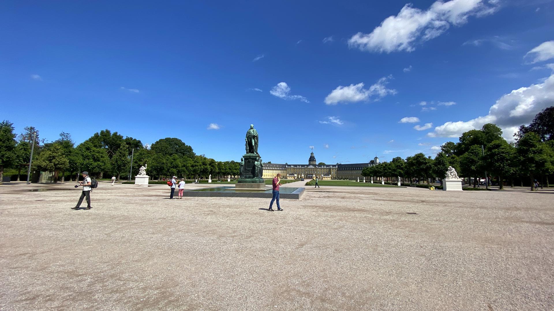 Weit und breit kein Klo: Das stört manche Besucher des Karlsruher Schlossplatzes.