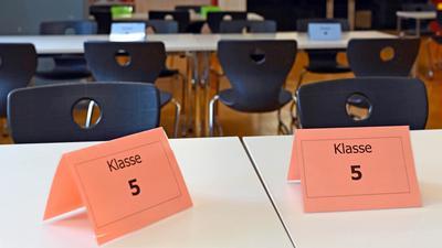 Im Max-Planck-Gymnasium Karlsruhe sind in der Mensa in Corona-Zeiten die Tische mit den jeweiligen Klassenverbänden gekennzeichnet.