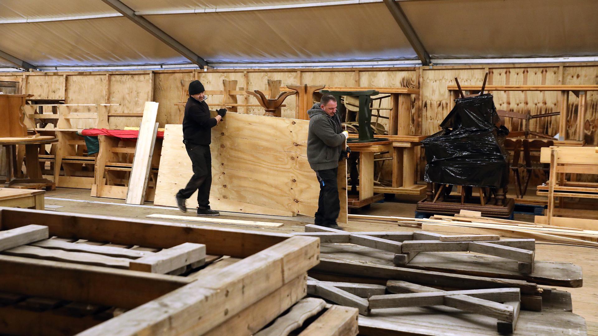 Abbau des Skandidorf-Zeltes aus dem Karlsruher Messplatz