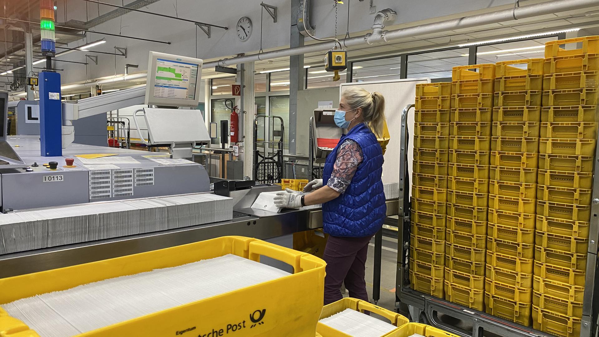 Alle Hände voll zu tun: Im Briefzentrum Karlsruhe sortieren und verteilen die Mitarbeiter der Deutschen Post für Karlsruhe rund 206.000 Wahlbenachrichtigungen.