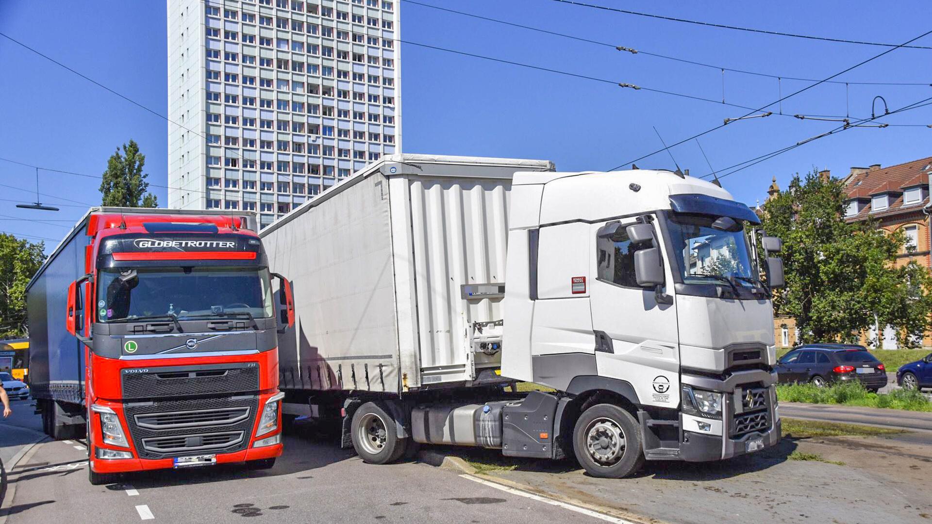zwei Lkw mit Pannen in Karlsruhe-Mühlburg