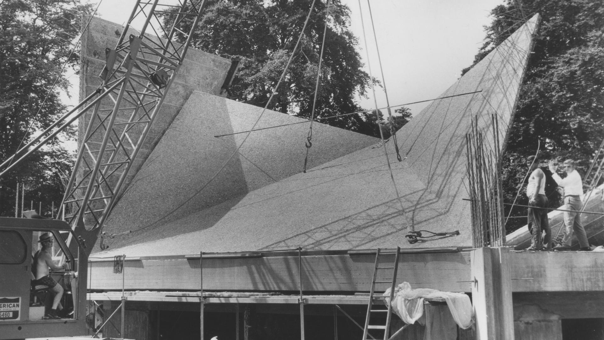 Im August 1969 werden die je 40 Tonnen schweren Fassadenelemente für den sechseckigen Sakralbau montiert.