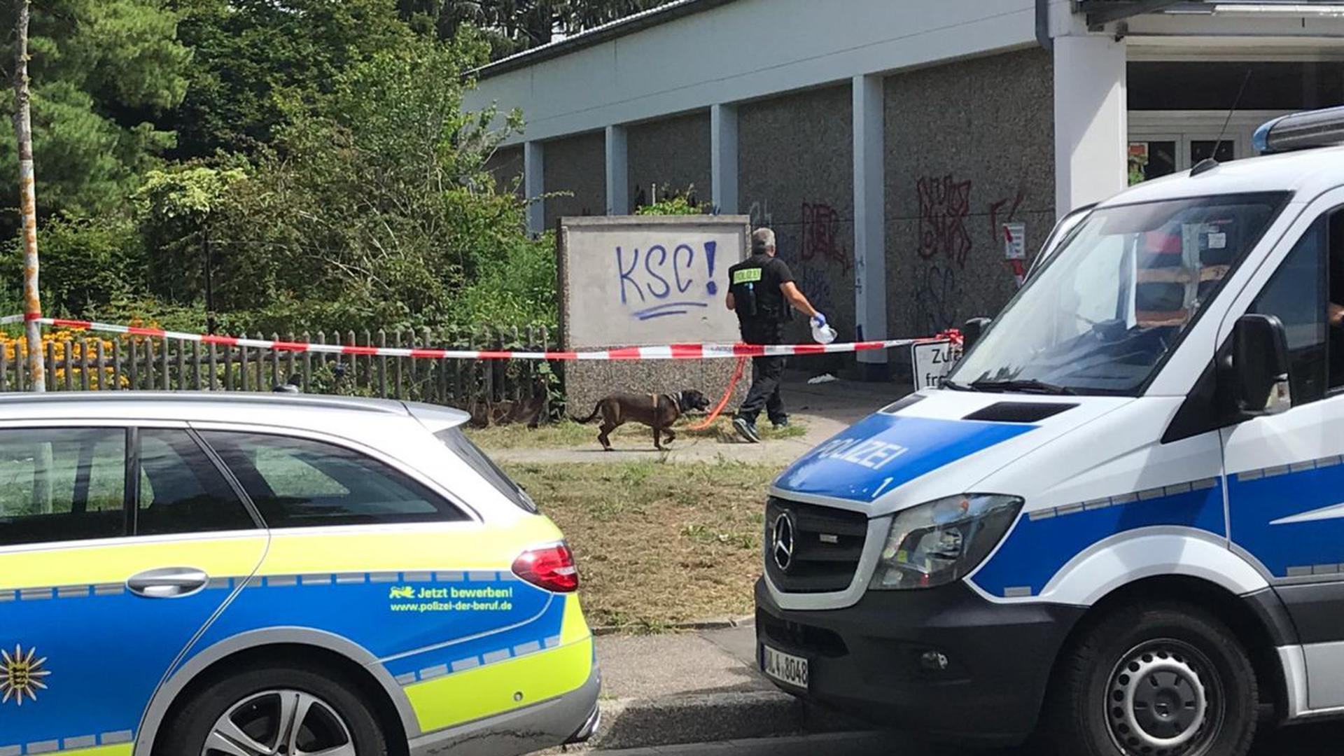 Die Polizei setzte am Mittwochmorgen auf einen Spürhund am Tatort in Karlsruhe.