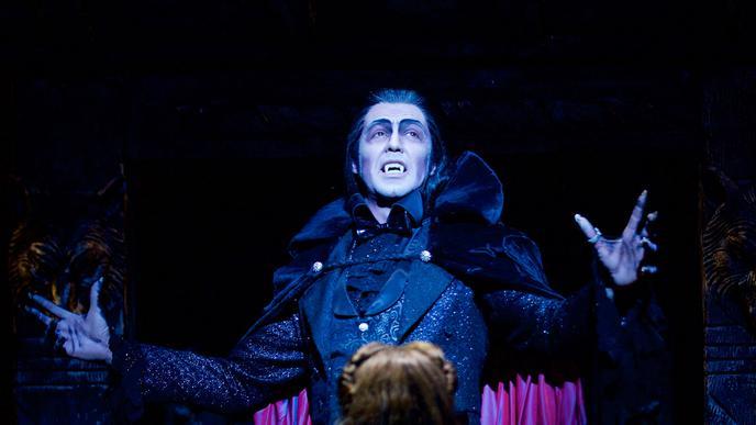 Einladung zum Ball: Filippo Strocchi herrscht als Graf von Krolock über die Vampire im Stuttgarter Palladium-Theater.