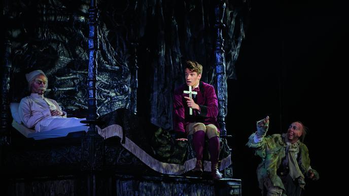 Schlecht geschlafen: Während Professor Abronsius (Luc Steegers) eine erholsame Nacht im Schloss des Grafen verbringt, wird Student Alfred (Raphael Groß) von Albträumen geweckt – und von Koukol (Lukas Löw), dem Diener des Vampir-Grafen.
