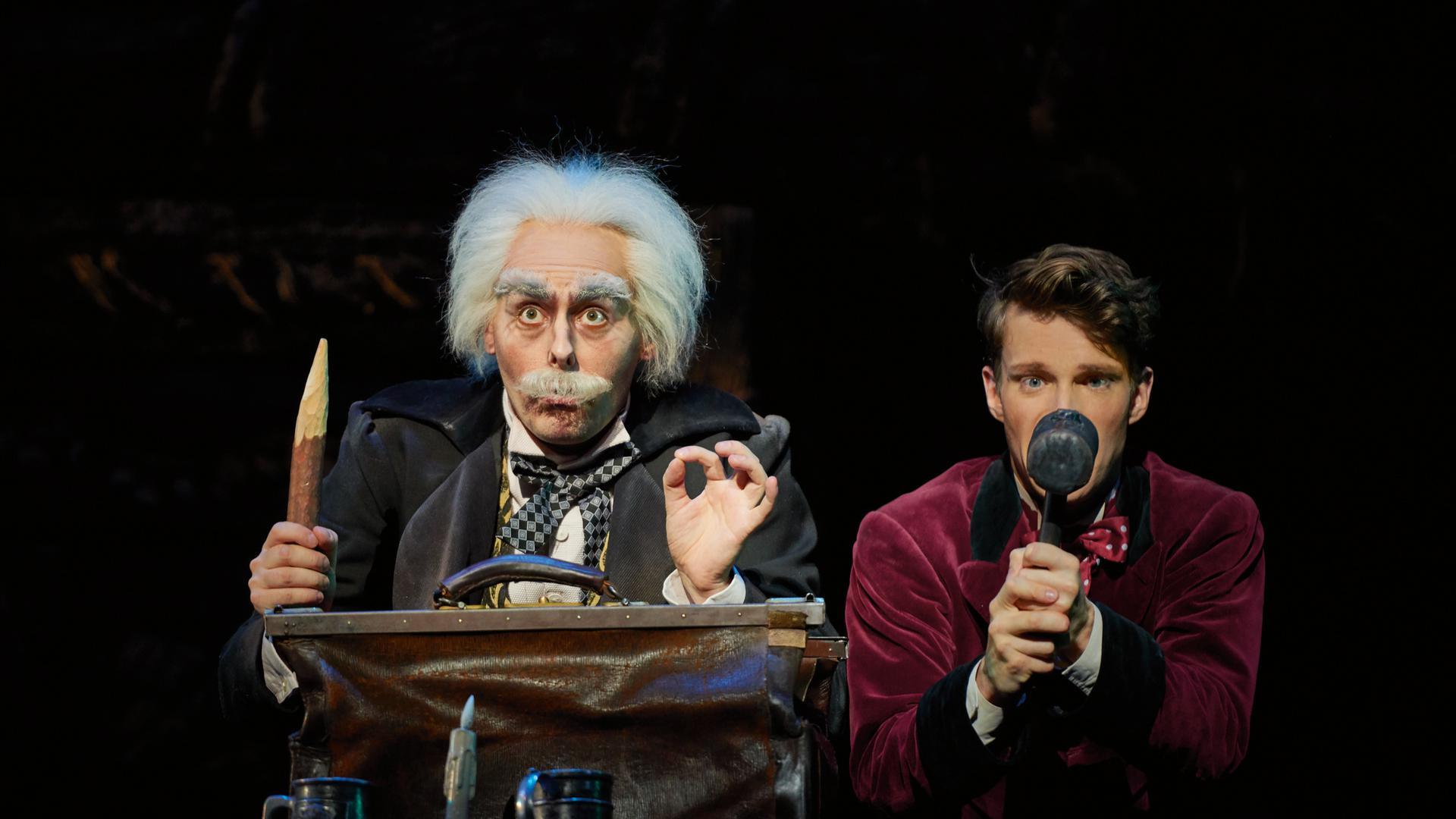 Mit Hang zur Logik und Pädagogik: Luc Steegers versucht als Professor Abronsius, seinen Studenten Alfred (Raphael Groß) zu erziehen.