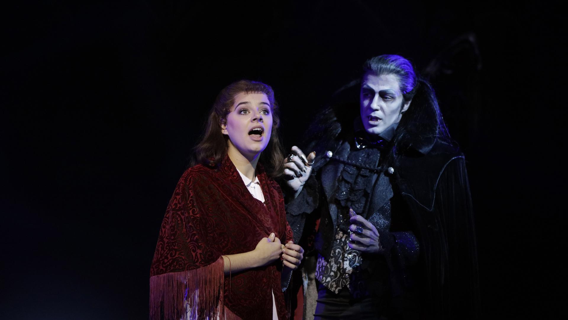 Diana Schnierer (Sarah) wird von Filippo Strocchi (Graf von Krolock) verführt – und schließlich gebissen.