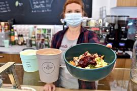 Ellen Reinold vom Karlsruher Café TanteEmma nutzt Mehrweg-Becher und Schüsseln von Recup. Kunden zahlen eine Pfandgebühr, die sie bei Rückgabe der Behälter erstattet bekommen.