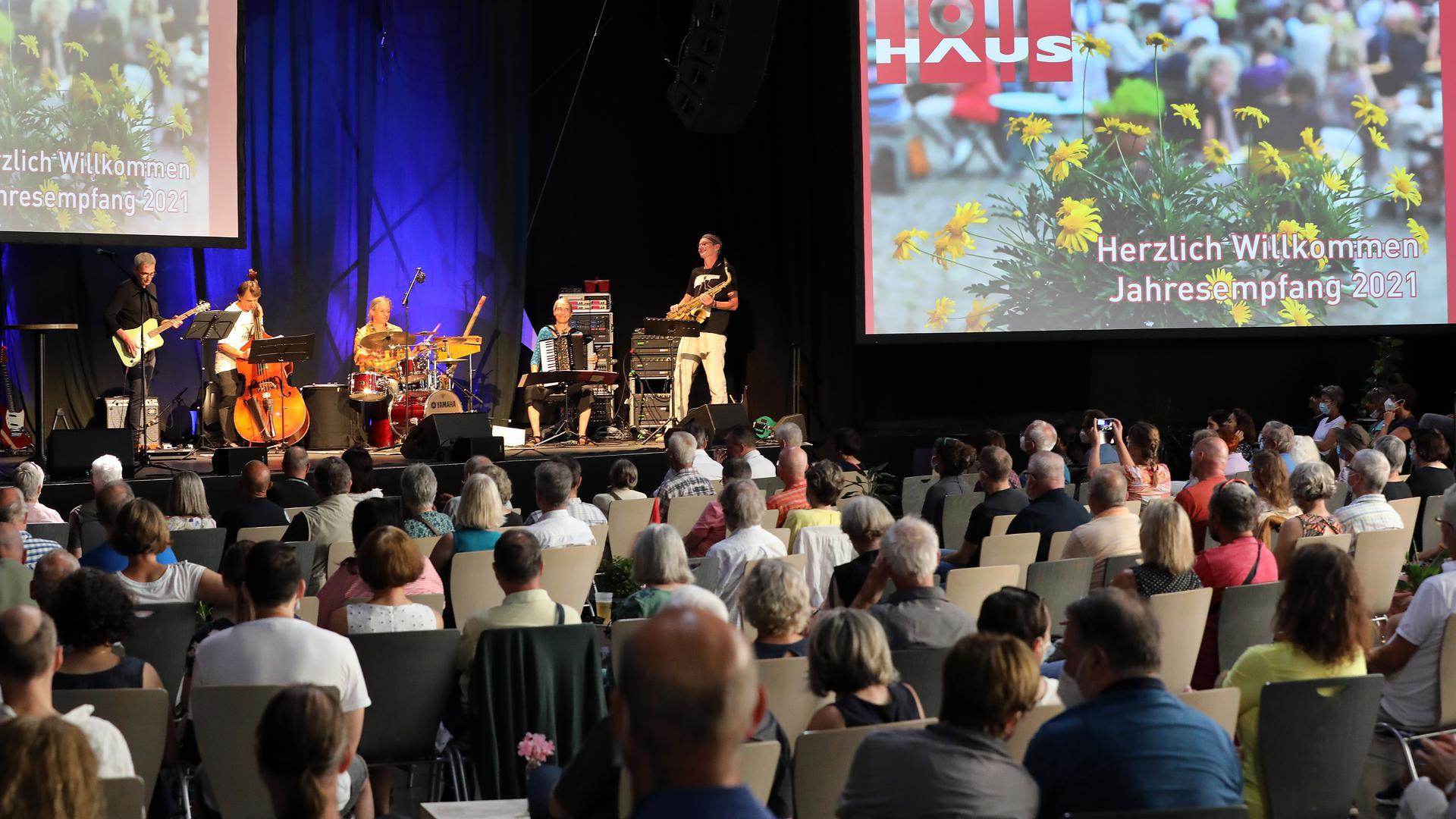 Musik zum Auftakt: Die Band Ostgold aus Karlsruhe stand beim Jahresempfang im Tollhaus im Großen Saal auf der Bühne.
