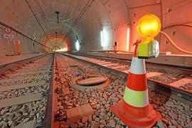 """Achtung Reparaturarbeiten: Im U-Strab-Tunnel zwischen den Stationen """"Europaplatz"""" und """"Lammstraße"""" steht das Warnhütchen. Dort hat ein Wasserrohrbruch im Juni großen Schaden an den Elektrokabeln im Leerrohr unter den Gleisen verursacht."""