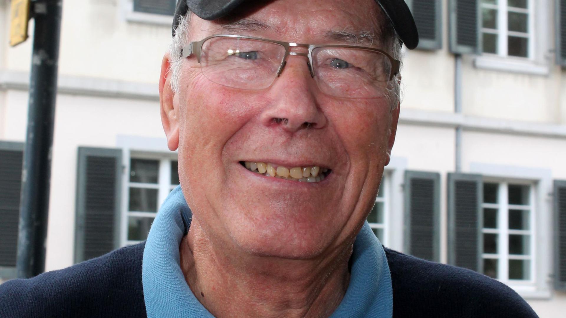 älterer Mann mit Kappe