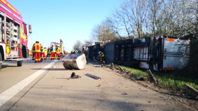 Bei dem Unfall auf der A5 zwischen Karlsruhe und Bruchsal ist ein Lkw umgekippt. Mindestens drei Personen wurden verletzt.