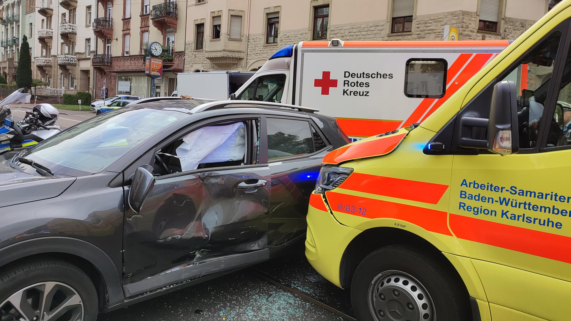 Die Front eines Rettungswagens kollidiert mit der rechten Seite eines Pkw