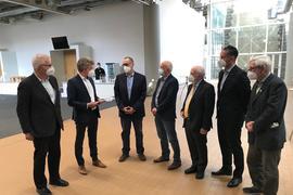 OB Frank Mentrup bekommt einen Ordner mit Unterschriften